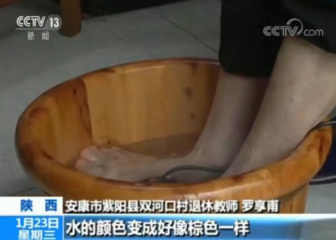"""【網絡謠言粉碎機】""""神奇""""水療儀泡腳,清水變污水是體內排毒?真相是……"""