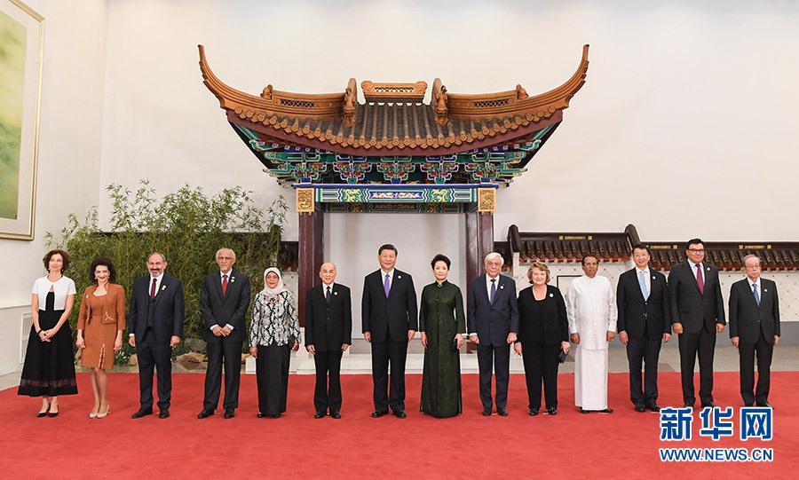 习近平和彭丽媛迎接出席亚洲文明对话大年夜会的外方引导人夫妻及嘉宾
