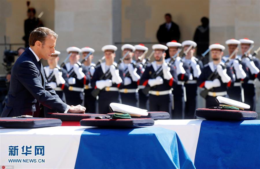 马克龙为2名解救人质殉职士兵举办全国悲悼典礼