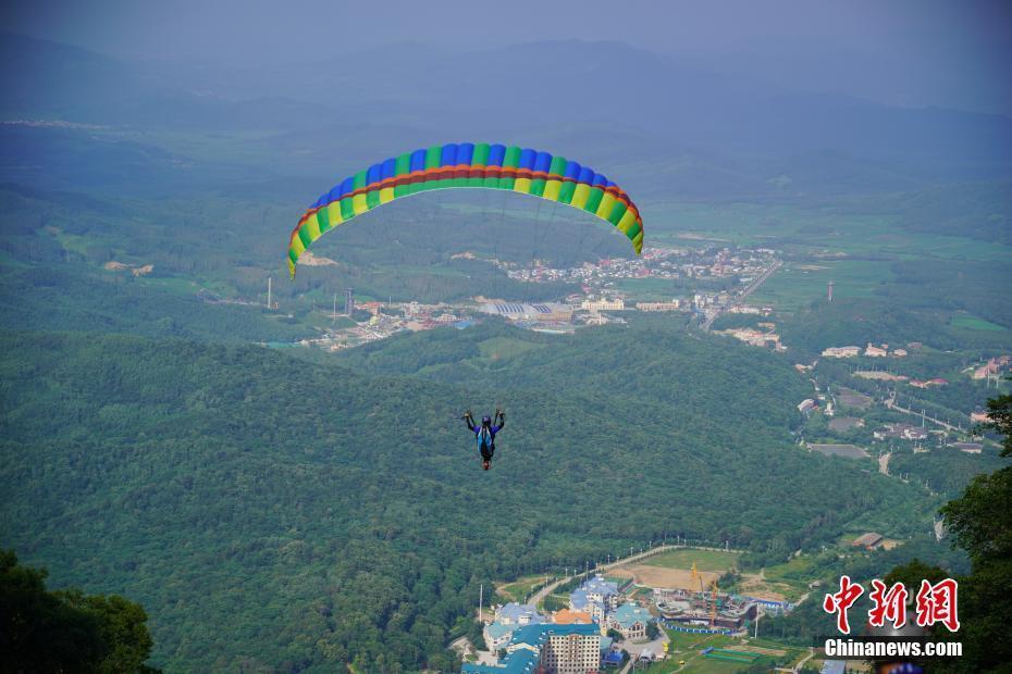 """世界多国""""飞客""""征战亚布力滑翔伞国际精英赛"""