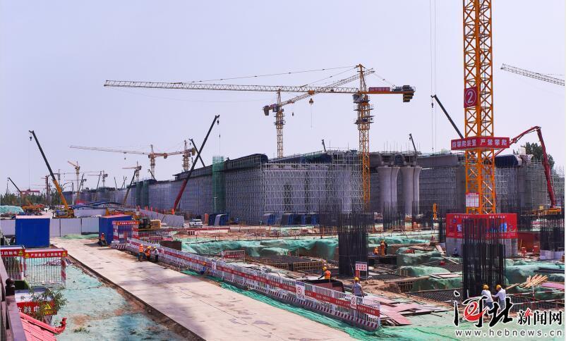 打造高质量发展的标杆工程—— 探访建设中的京雄城际铁路雄安高铁站