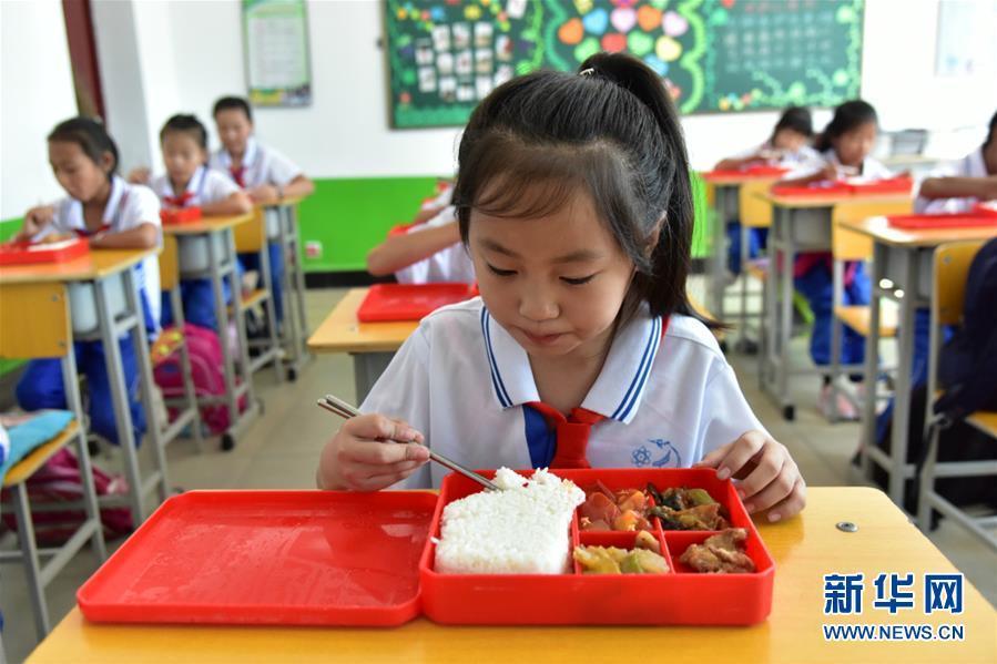 在习近平新时代中国特色社会主义思想指引下——新时代新作为新篇章·总书记关心的百姓身边事   一蔬一饭都是爱——3700万农村娃的营养餐故事