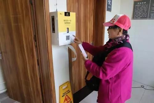 """贴心!140座公厕加装""""智能取纸机"""" 市民扫码免费领取卫生纸!"""