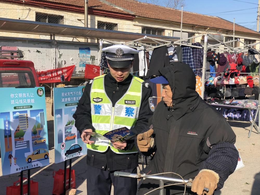 廊坊交警进村入户开展交通安全宣传活动