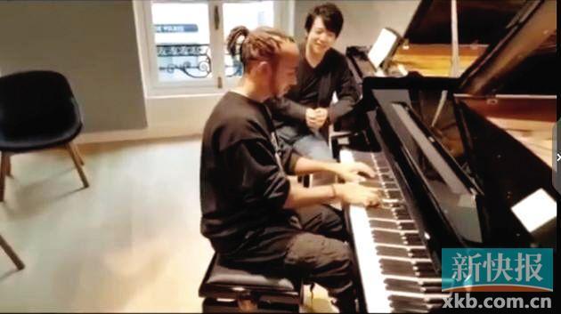汉密尔顿与郎朗切磋钢琴技艺