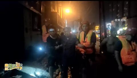 强降雨导致屋内被淹 消防员涉水背出八旬老人