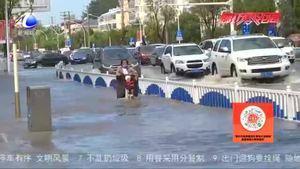 雨后环卫部门清污排水 确保街道干净安全