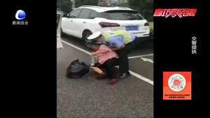 零距离·交通:雨后路滑老人摔倒路边 交警暖心护送回家