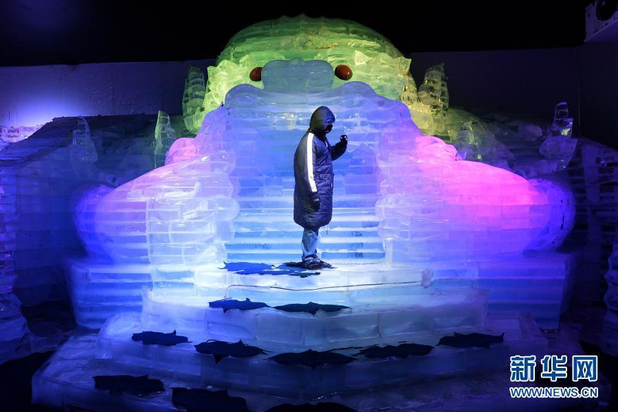 12月1日,游客在泰国春武里府暹罗冰雪世界游玩。暹罗冰雪世界位于泰国春武里府,其中的冰穹内部保持零下10摄氏度的气温,使游客在地处热带的泰国也能够体验冰爽。新华社发(拉亨摄)