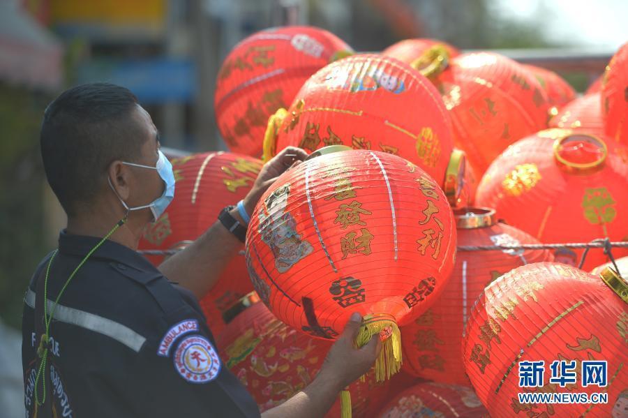 泰国:挂灯笼迎春节