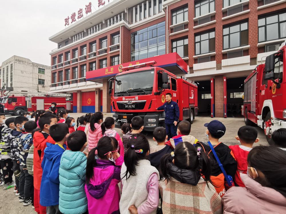 河北廊坊:萌娃走進消防站,爭當小小消防員~