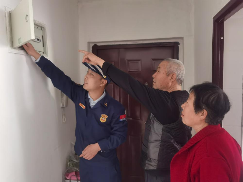 河北永清:家庭防火莫大意,敲門行動暖心人