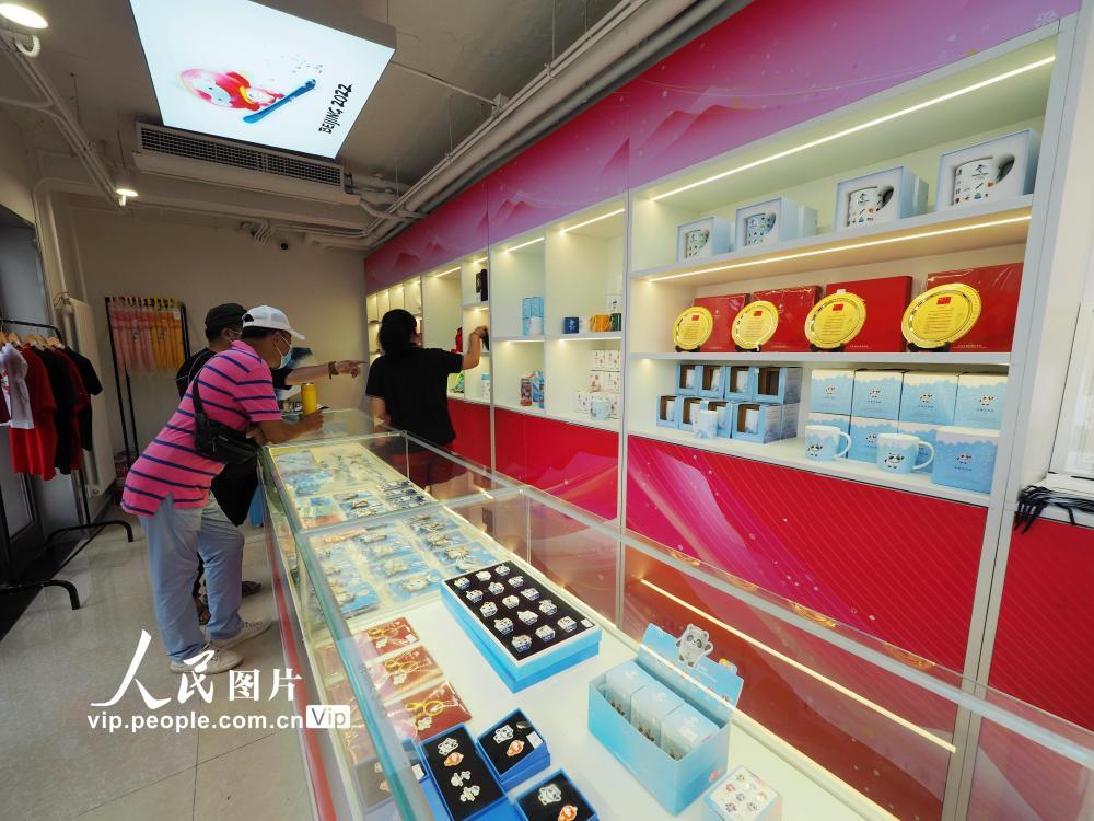 北京:冬奥特许商品零售店亮相